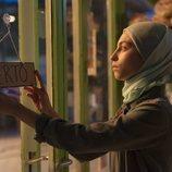 Nadia en el negocio familiar en una escena de la primera temporada de 'Élite'