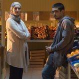 Omar junto a su madre en el negocio familiar en la primera temporada de 'Élite'