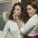 María Pedraza y Danna Paola, actrices de 'Élite' en una escena en el baño