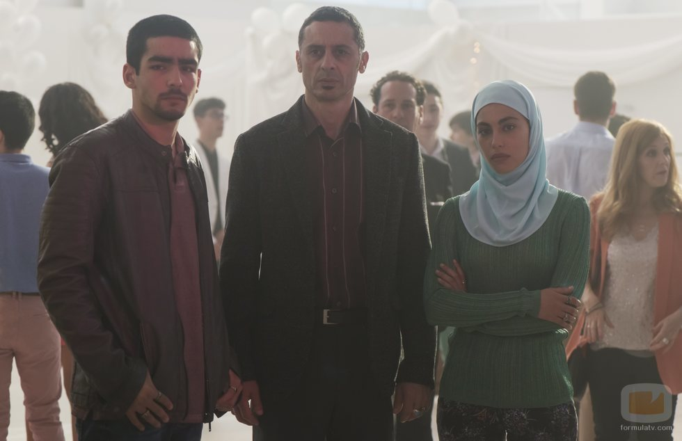 Omar y Nadia junto a su padre en la fiesta de fin de curso en 'Élite'