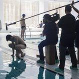 Miguel Bernardeau en el rodaje de una escena de 'Élite' en la piscina
