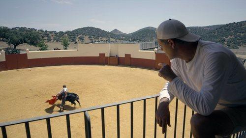 Frank Cuesta observando un entrenamiento taurino