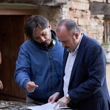 Carlos Areces durante el rodaje de 'El pueblo' junto a Alberto Caballero