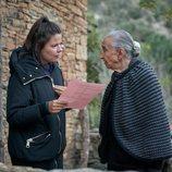 Emilia Ortiz durante el rodaje de 'El pueblo' junto a Laura Caballero