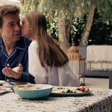 Javier Veiga recibe el beso de su hija imaginaria en 'Pequeñas coincidencias'