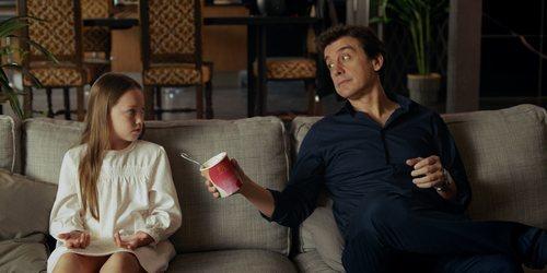 Javier Veiga le ofrece helado a su hija imaginaria en 'Pequeñas coincidencias'