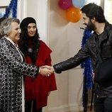 Nedret y Ömer se saludan en 'Amor de contrabando'