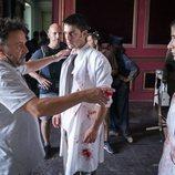 Alejo Sauras recibe indicaciones en el rodaje del capítulo 2x05 de 'Estoy vivo'