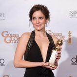 Tina Fey posa con su Globo de Oro a la mejor actriz de comedia