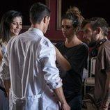 El equipo de 'Estoy vivo' prepara a Alejo Sauras para rodar una escena del capítulo 2x05
