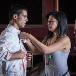 Alejo Sauras con una bata ensangrentada en el rodaje del capítulo 2x05 de 'Estoy vivo'