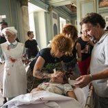 El departamento de maquillaje prepara a Laura Quirós para rodar una escena del capítulo 2x05 de 'Estoy vivo'