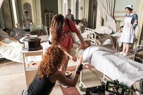 Laura Quirós recibe los retoques de maquillaje en el rodaje del episodio 2x05 de 'Estoy vivo'