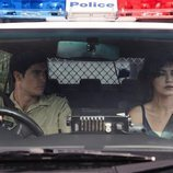 Cal y Corey, de 'La tierra de las mareas', en un coche patrulla