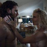 Elsa Pataky embaucando a Aaron Jakubenko en 'La tierra de las mareas'