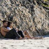 Cal y Dylan de 'La tierra de las mareas' descansan en la playa