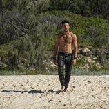 Marco Pigossi como Dylan de 'La tierra de las mareas' pasea por la playa sin camiseta