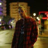 Carlo Constanzia Jr. en la calle de noche en 'Toy Boy'