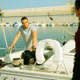 Hugo mira a Triana desde un barco en 'Toy Boy'