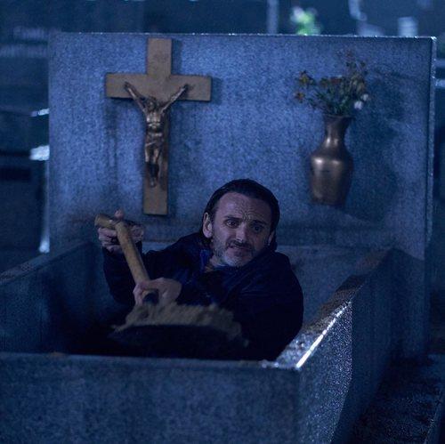 Fermín Trujillo en un cementerio en la temporada 11 de 'La que se avecina'