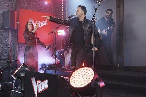 Eva González y Luis Fonsi en el evento sorpresa de 'La Voz'
