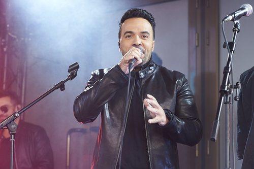 Luis Fonsi cantando en el evento sorpresa de 'La Voz'