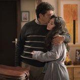 Karina abrazando a su padre en la temporada 19 de 'Cuéntame cómo pasó'