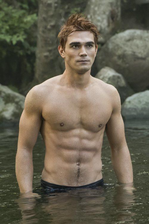 K.J. Apa sin camiseta en la tercera temporada de 'Riverdale'