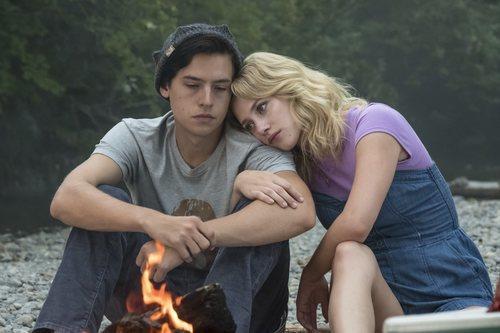 Lili Reinhart y Cole Sprouse en la tercera temporada de 'Riverdale'