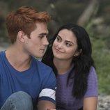 K.J. Apa y Camila Mendes en la tercera temporada de 'Riverdale'