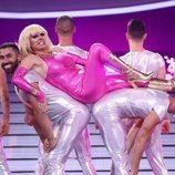 Anabel Alonso con los bailarines en la gala 6 de 'Tu cara me suena'