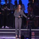 Debby Ryan presentando un premio en los EMAs 2018