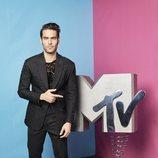 Jon Kortajarena con el logo de MTV