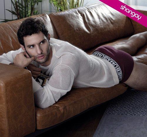 Eduardo Rosa posa semidesnudo y sexy para la revista Shangay