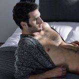 Eduardo Rosa posa con el torso al descubierto en la cama para Shangay