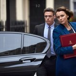 Richard Madden protegiendo a Keeley Hawes en 'Bodyguard'