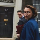 Julia Montague mira con sospecha junto a David Budd en 'Bodyguard'