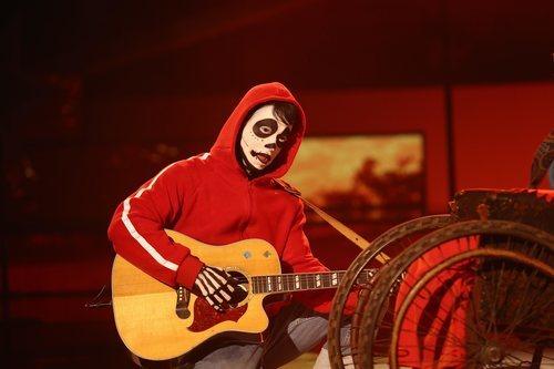 Carlos Baute irreconocible en su actuación de la Gala 7 de 'Tu cara me suena'