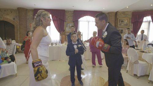 Una pareja lucha con guantes de boxeo en la primera entrega de 'Cuatro Weddings'