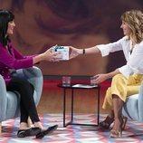 Emma García le entrega un regalo a Irene Villa en 'Viva la vida'