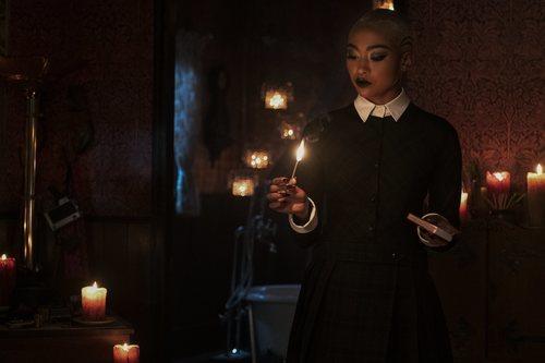 Prudence Night enciende una vela por Navidad en el especial de 'Las escalofriantes aventuras de Sabrina'