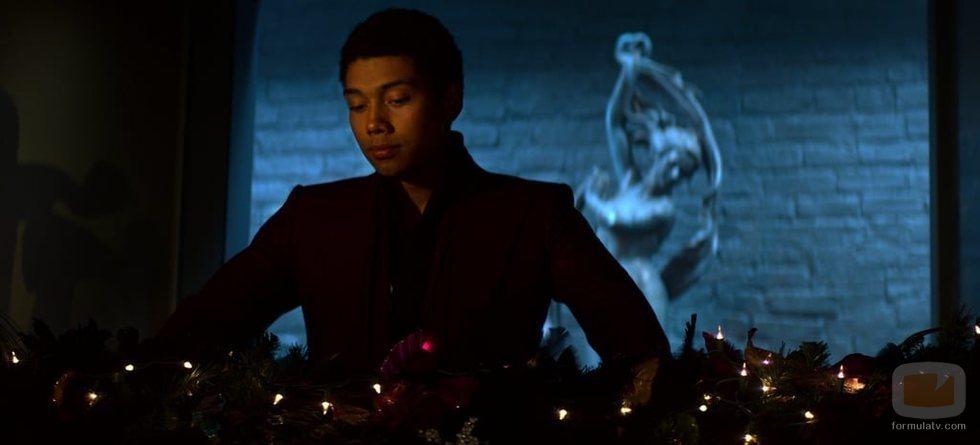 Ambrose mira la decoración de Navidad del especial de 'Las escalofriantes aventuras de Sabrina'