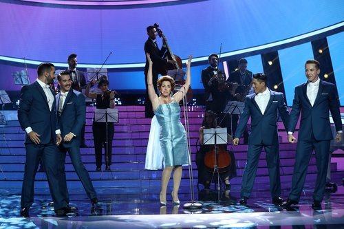 Anabel Alonso en la piel de Los cinco latinos en la Gala 8 de 'Tu cara me suena'