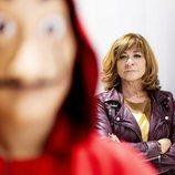 Sonia Martínez, directora de Ficción de Atresmedia, tras un personaje de 'La Casa de Papel'