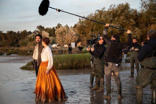 Pablo Molinero y Patricia López Arnaiz en el rodaje de la segunda temporada de 'La peste'