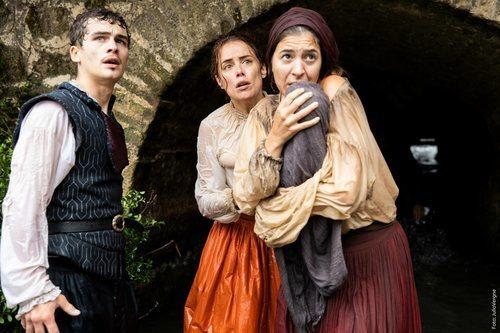Sergio Castellanos y Patricia López Arnaiz en el rodaje de la segunda temporada de 'La peste'