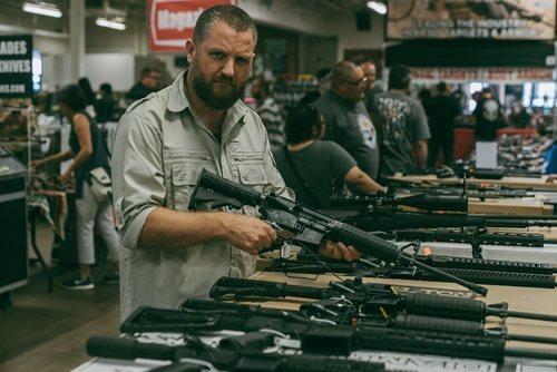 David Beriain sosteniendo un arma 'Clandestino'