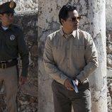 Michael Peña durante una de sus incursiones en 'Narcos: México'