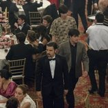 Diego Luna es el centro de las miradas en una boda en 'Narcos: México'