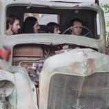 Nao Albet, Santiago Crespo, Manuel Dios y Ricardo Gómez en el camión en 'Cuéntame cómo pasó'